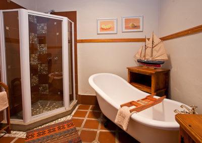 Bed & Breakfast Oudtshoorn - Comfort King bathroom